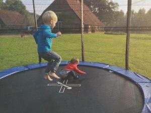 vaste gasten Tinmar en Nimke op de trampoline